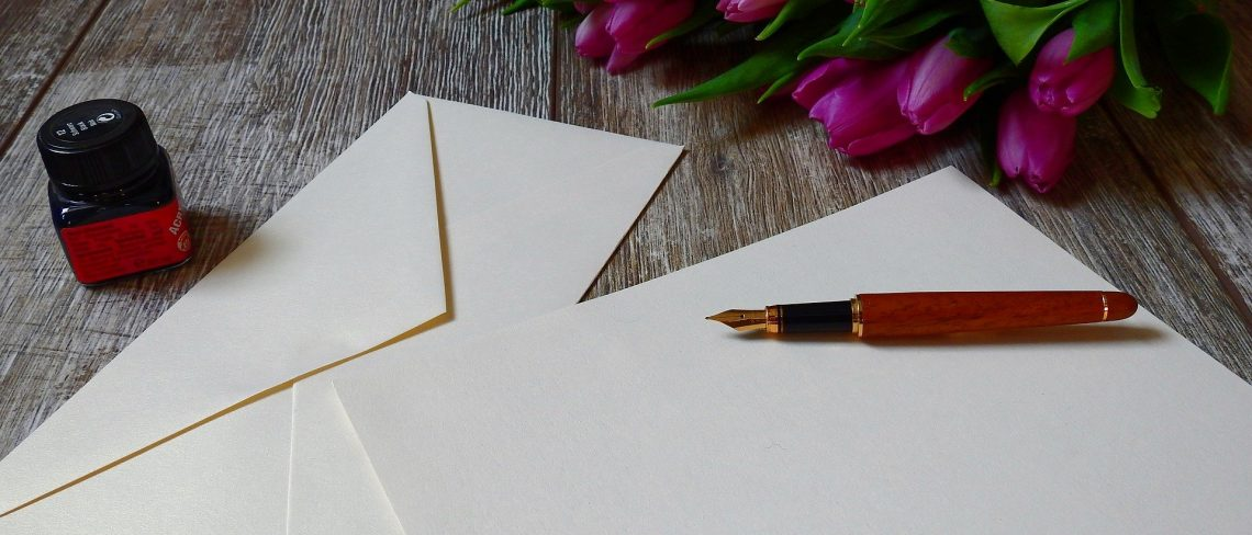 Wer Briefe schreibt, kann gerne kreativ werden und seinen Inspirationen freien Raum lassen. Es ist eine Sache, Briefe zu schreiben, aber eine andere Sache diese auch selbst zu gestalten und zu kreieren. So entsteht zum geschriebenen Brief ein optischer Zusammenhang und freut den Empfänger noch mehr, weil man sich viele Gedanken gemacht hat und ebenso auch Zeit für die Person investiert hat. Im Internet lassen sich viele Anleitungen finden und beschreiben dir genau, wie du vorgehen musst, um das perfekte Ergebnis zu erhalten. Briefumschlag selber falten Wer gerne selbst etwas Basteln möchte, um seinen Brief etwas Individualität verpassen möchte, kann den Briefumschlag selbst falten. Hier ist es einem selbst überlassen, was für ein Design man nimmt. So kann man beispielsweise aus einer Atlasseite einen Briefumschlag falten, der dem Brief eine komplett neue Identität verpasst. Hier gibt es verschiedene Techniken und Brieformen, die man anwenden kann. Auch hier gilt, Übung macht den Meister, der erste Briefumschlag wird garantiert nicht der beste, wenn er denn nicht vorher beim falten kaputt geht. Briefpapier und Schriftart Wenn man sich einen passenden Briefumschlag kreiert hat, gehört natürlich auch passendes Briefpapier und ebenfalls eine passende Handschrift, die man sich aneignen kann dazu. Das ist natürlich kein muss, wenn man sich jedoch schon so viel Mühe gegeben hat, um einen Briefumschlag zu basteln, sollte man auch auf diese Dinge nicht verzichten. Bei der Handschrift gehört natürlich viel Übung dazu, denn von heute auf morgen kann man eine schnörkelfreie und saubere Handschrift nicht erlernen dazu gehört also Geduld. Bei dem Papier könnt ihr entweder farbige Blätter nehmen oder ihr greift auch auf selbstgemaltes Papier zurück, mit dem ihr sogar noch eine Schippe drauf legt. SO wird der Empfänger richtig begeistert sein und möchte euch natürlich auch einen genau so anspruchsvollen antwortbrief zuschicken. Seid also gespannt was euch erwartet.